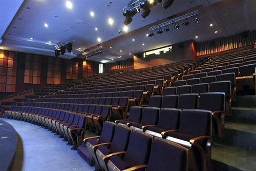 剧场中的坐与站